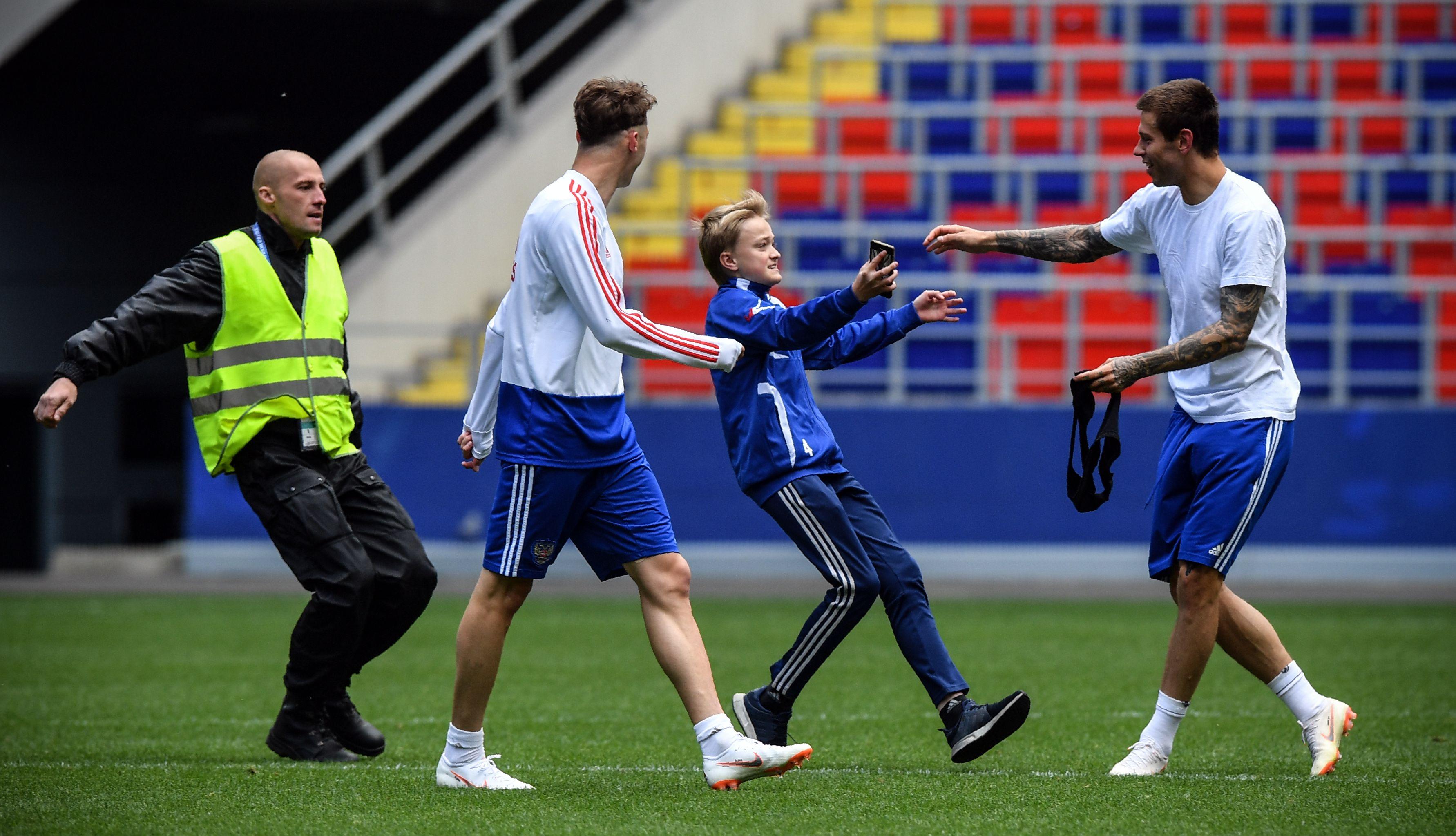 جماهير روسيا أرادت مصافحة لاعبيها قبل المونديال