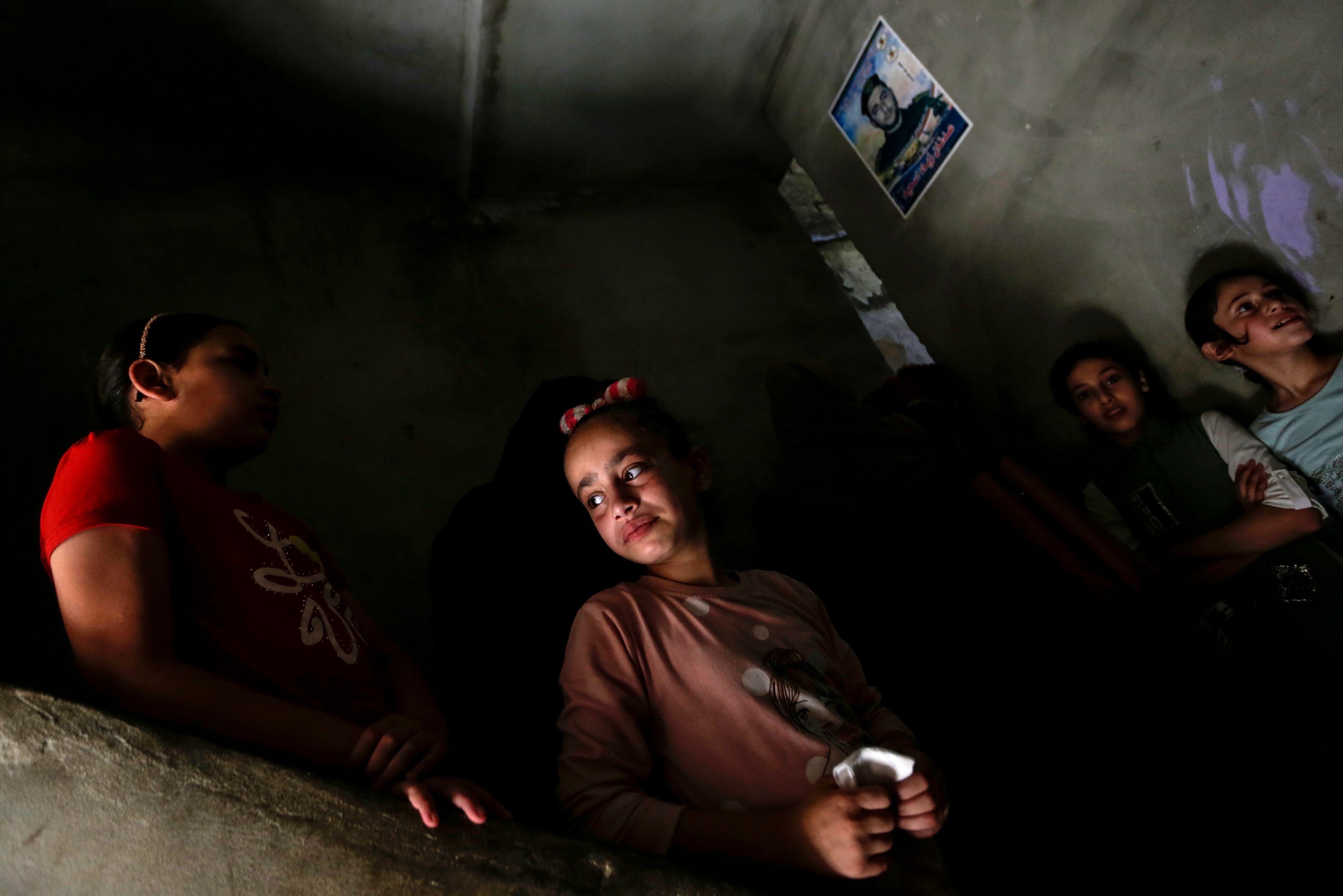 حزن وبكاء الأطفال الفلسطينيين على الشهداء
