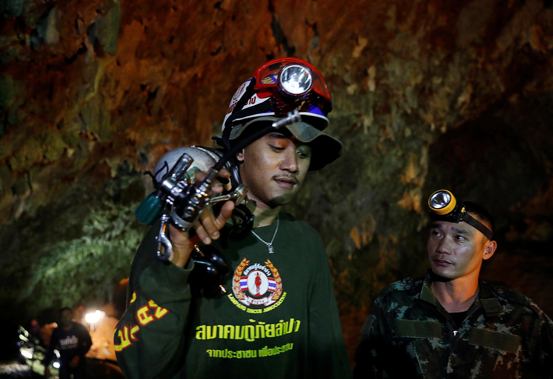 رجال الانقاذ داخل الكهف