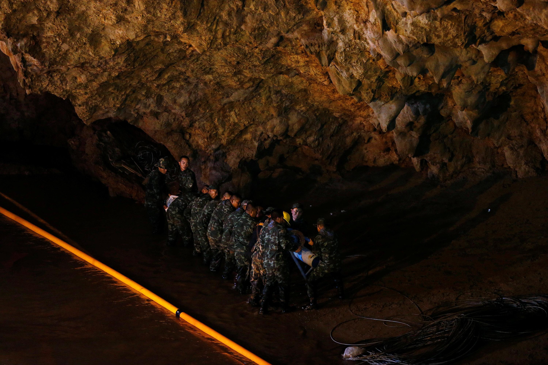 رجال الانقاذ يواصلون البحث عن المفقودين