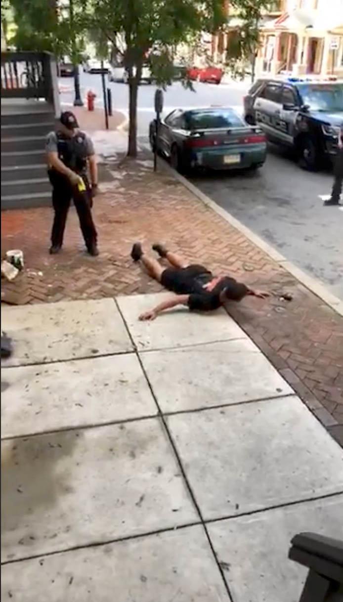 أحد عناصر الشرطة الأمريكية يصعق رجلا أسود