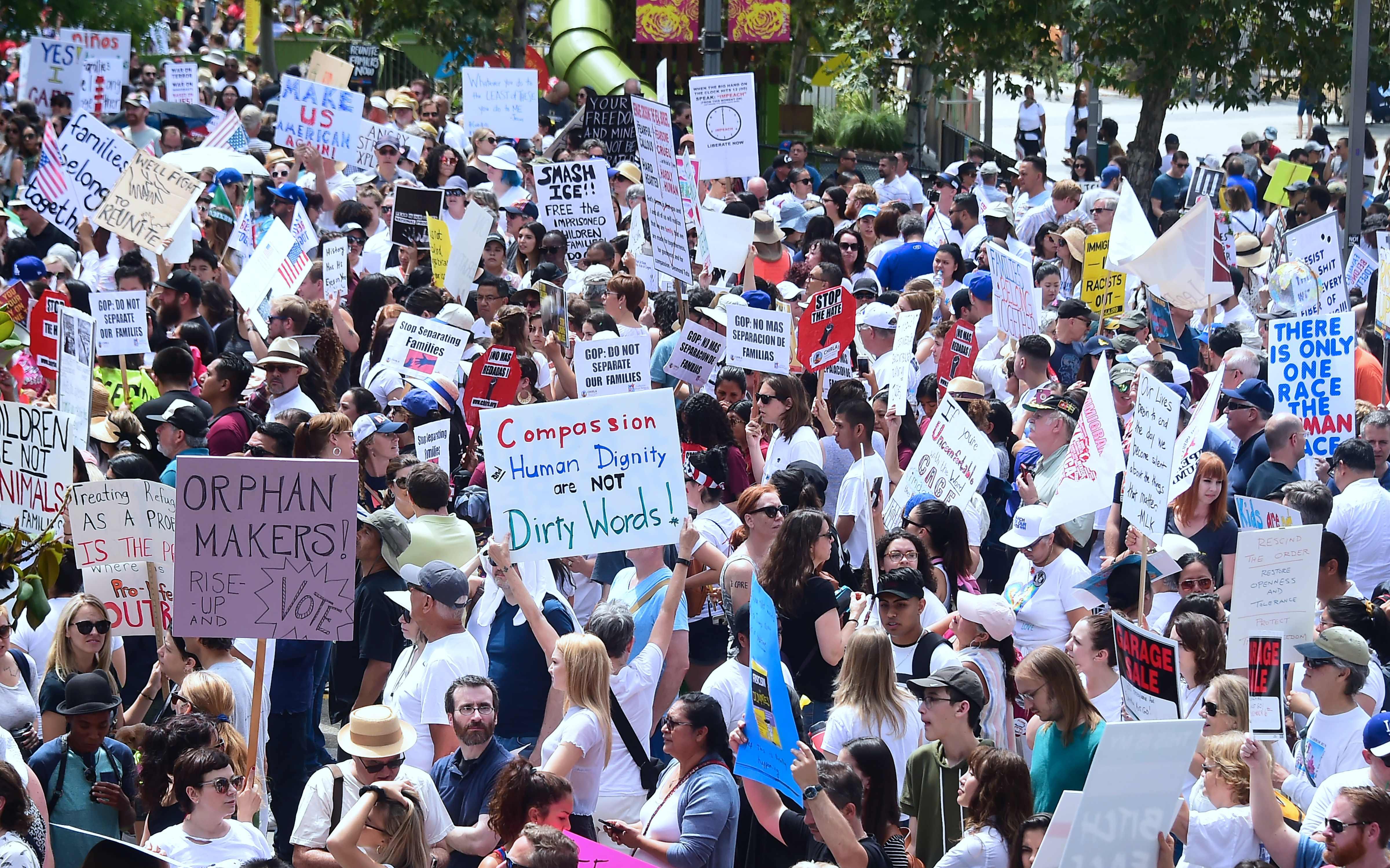 مئات الأمريكيين فى مسيرة ضد سياسات ترامب