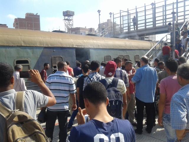 إنبعاث دخان من قطار بمحطة أبو حماد بالشرقية (1)