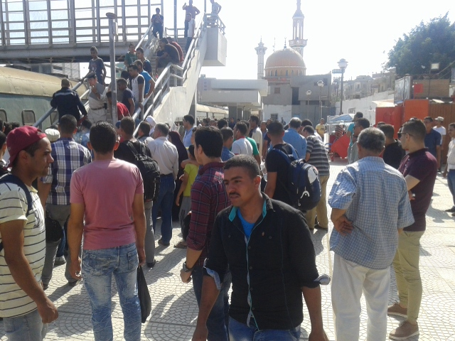 إنبعاث دخان من قطار بمحطة أبو حماد بالشرقية (3)
