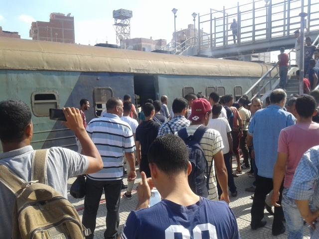 إنبعاث دخان من قطار بمحطة أبو حماد بالشرقية (4)