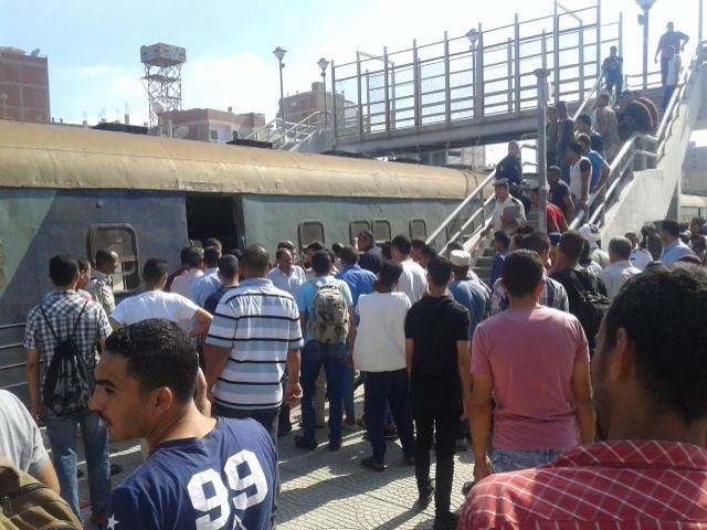 إنبعاث دخان من قطار بمحطة أبو حماد بالشرقية (2)