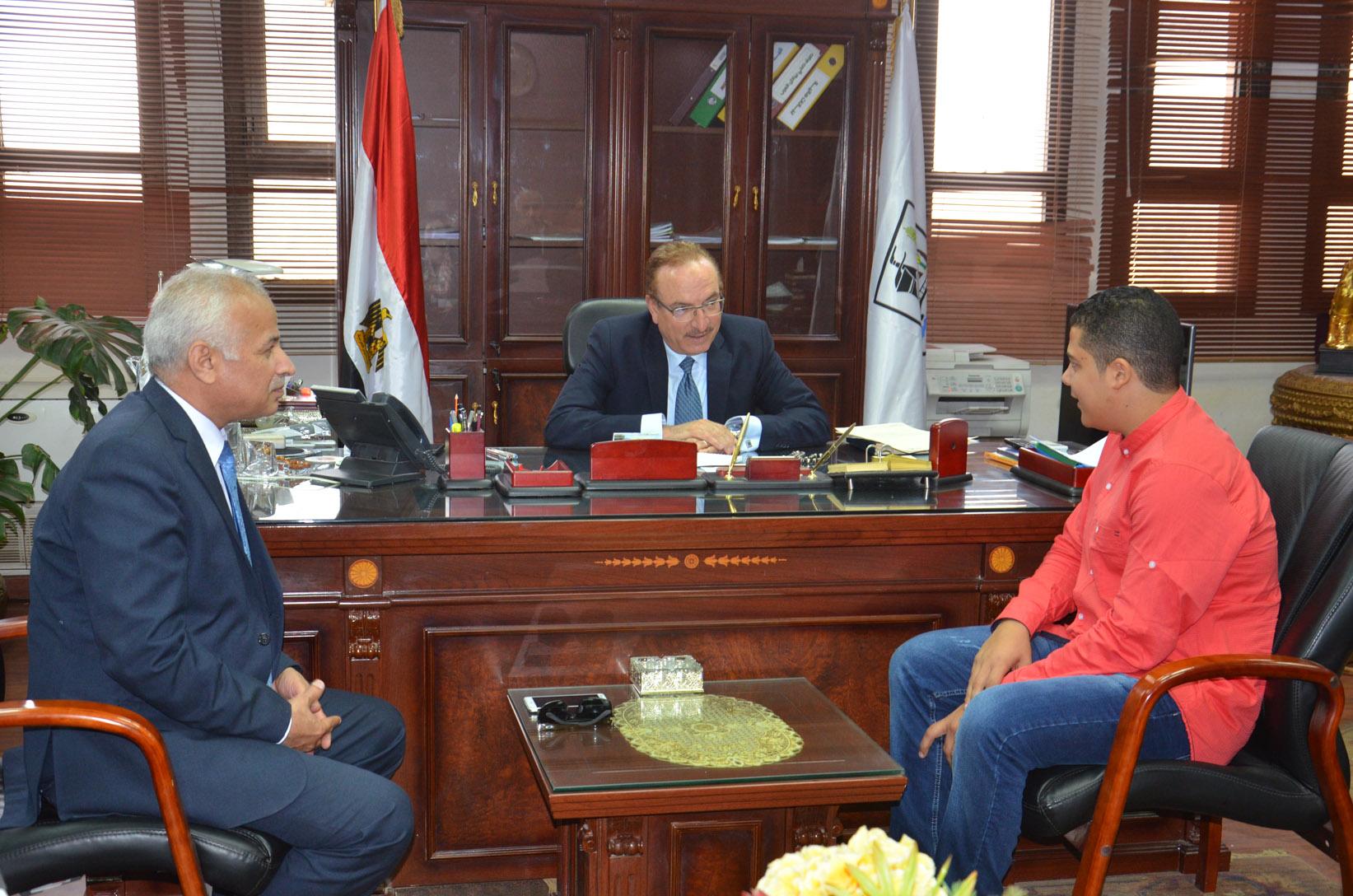 محافظ بنى سويف يستقبل الحاصل على المركز الأول على مستوى الجمهورية فى التعليم الصناعى (1)