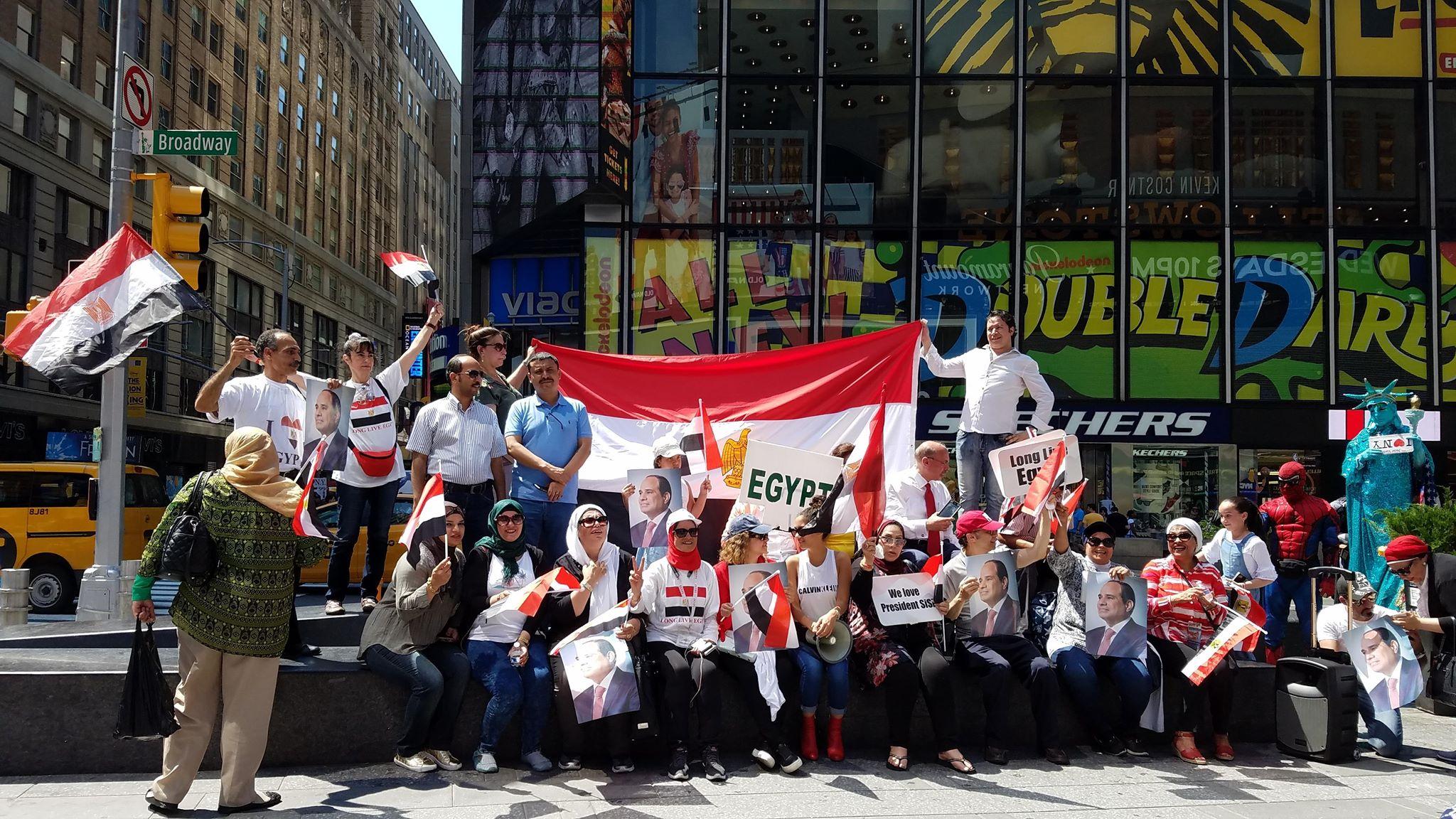احتفال مجموعة من المصريين