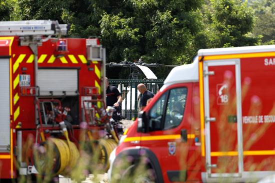 سيارات إطفاء فى موقع هبوط مروحية سجين هارب بفرنسا