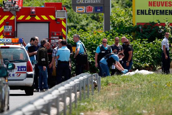 تحريات الشرطة الفرنسية فى موقع مروحية سجين هارب