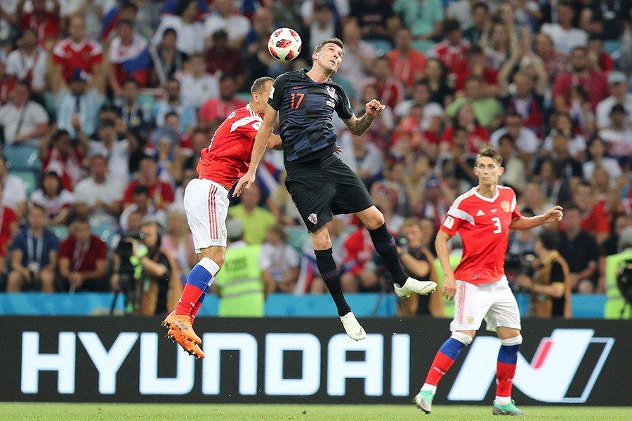 كرة هوائية مشتركة بين لاعب روسيا وكرواتيا