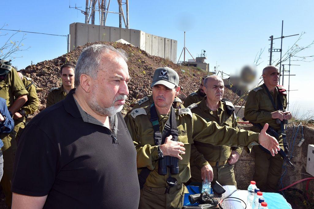 ليبرمان يتحدث مع قائدة القيادة الشمالية في الجيش الإسرائيلي