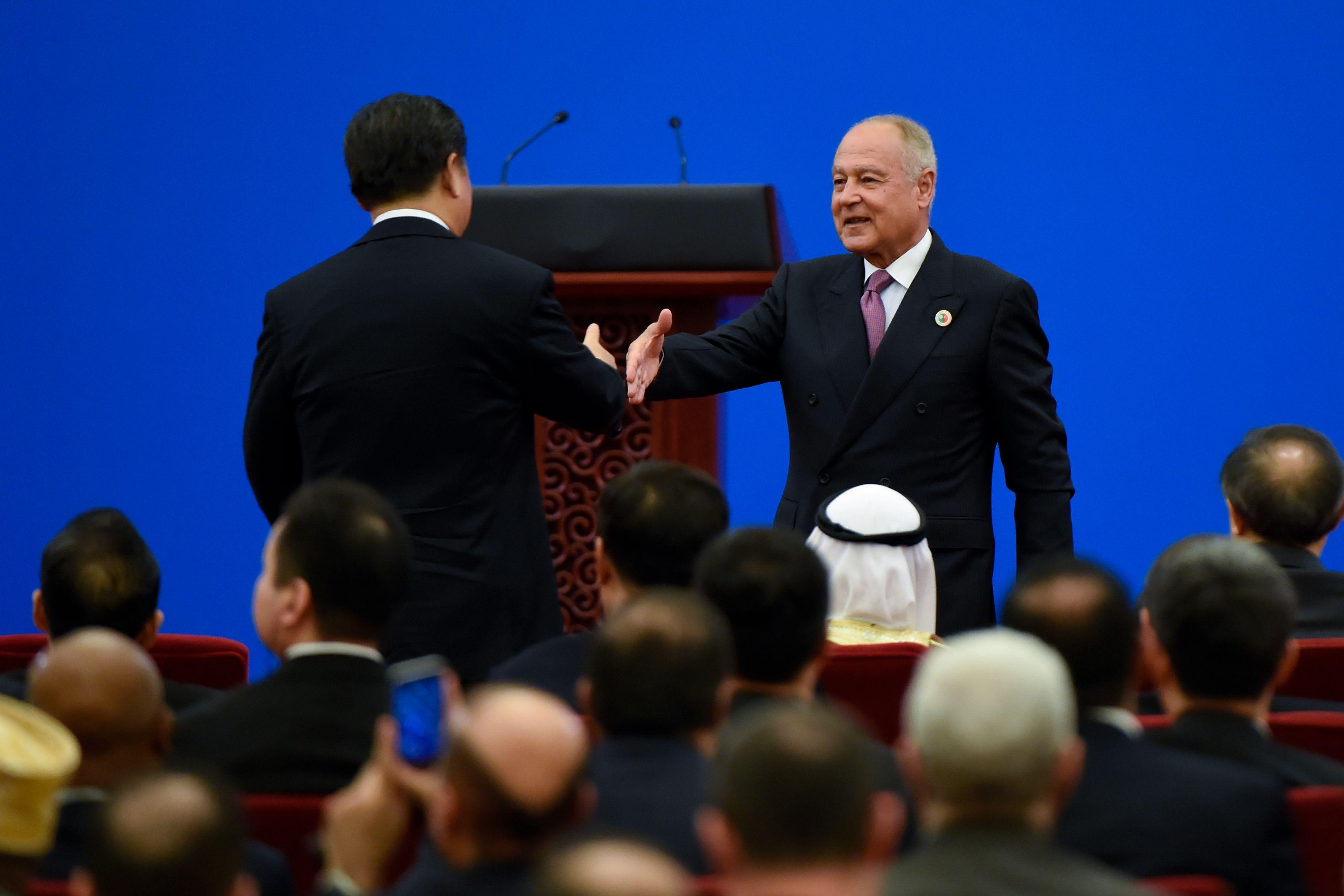 رئيس الصين يصافح أمين عام جامعة الدول العربية