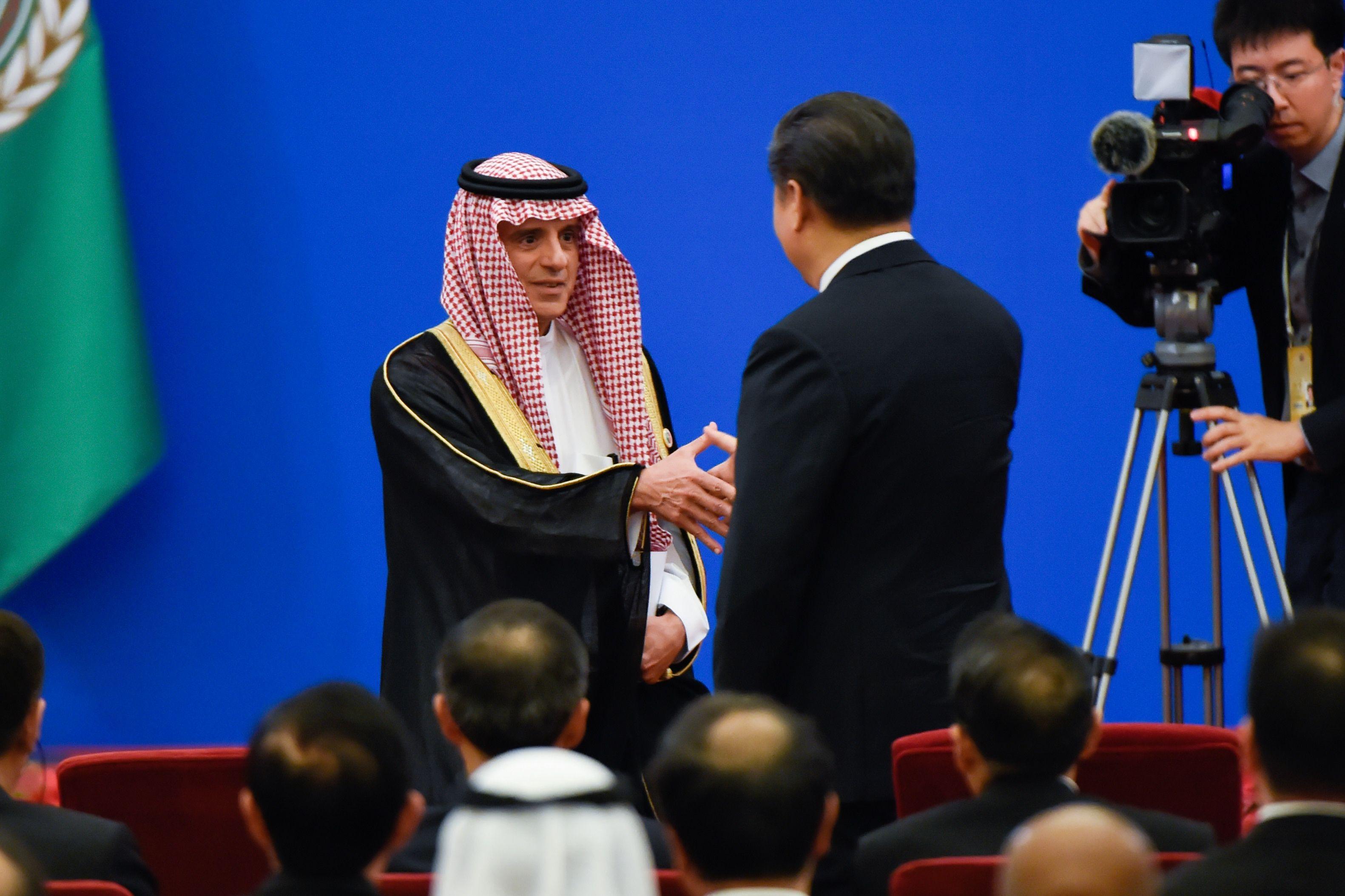 وزير الخارجية السعودى يصافح رئيس الصين
