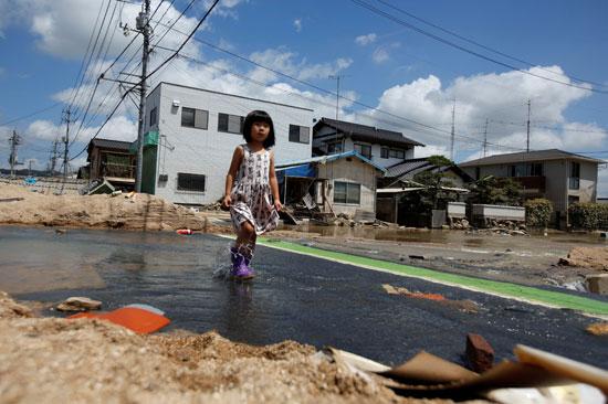 طفلة يابانية وسط الأمطار