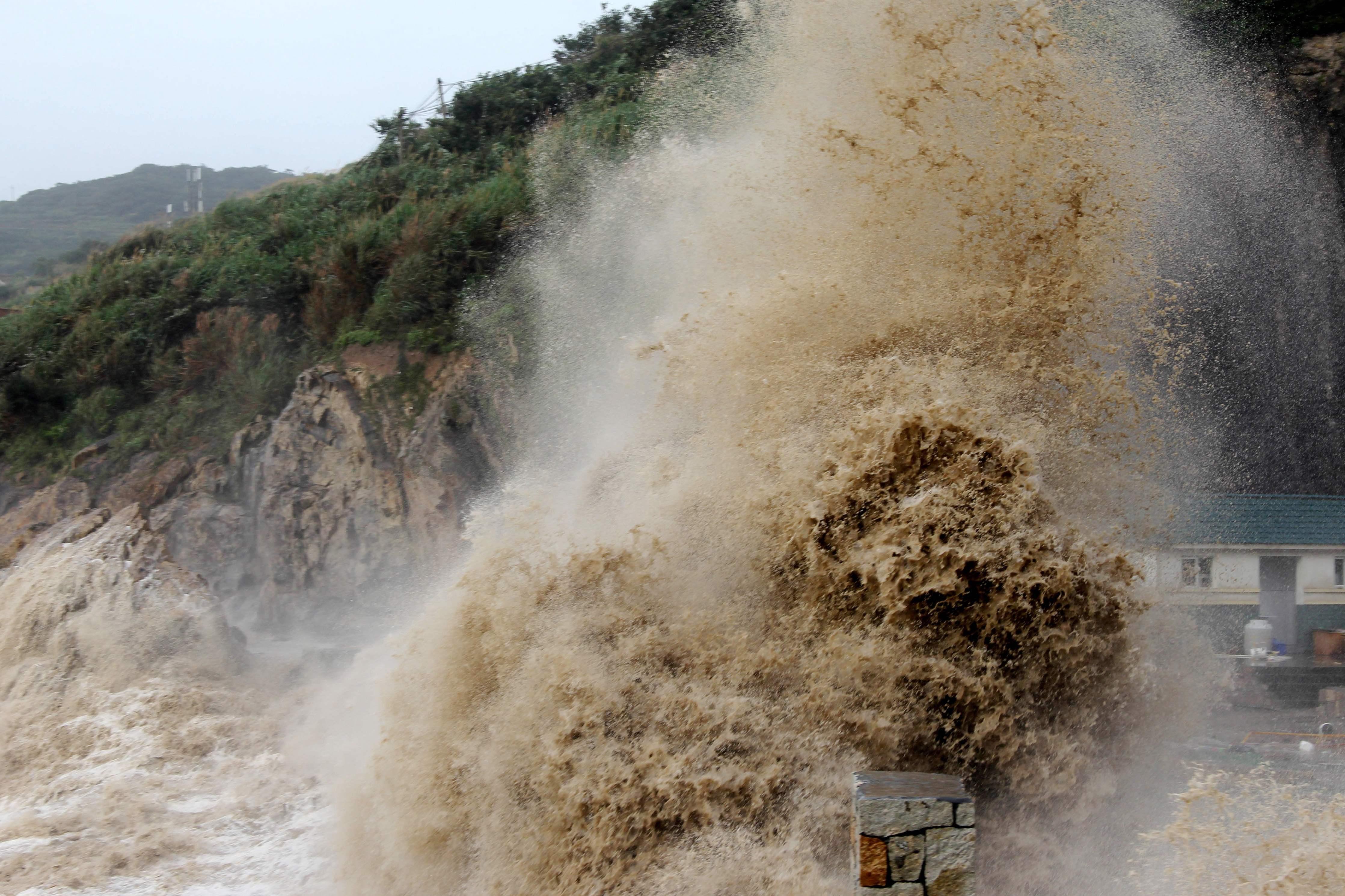 ارتفاع أمواج البحر بسبب اعصار ماريا