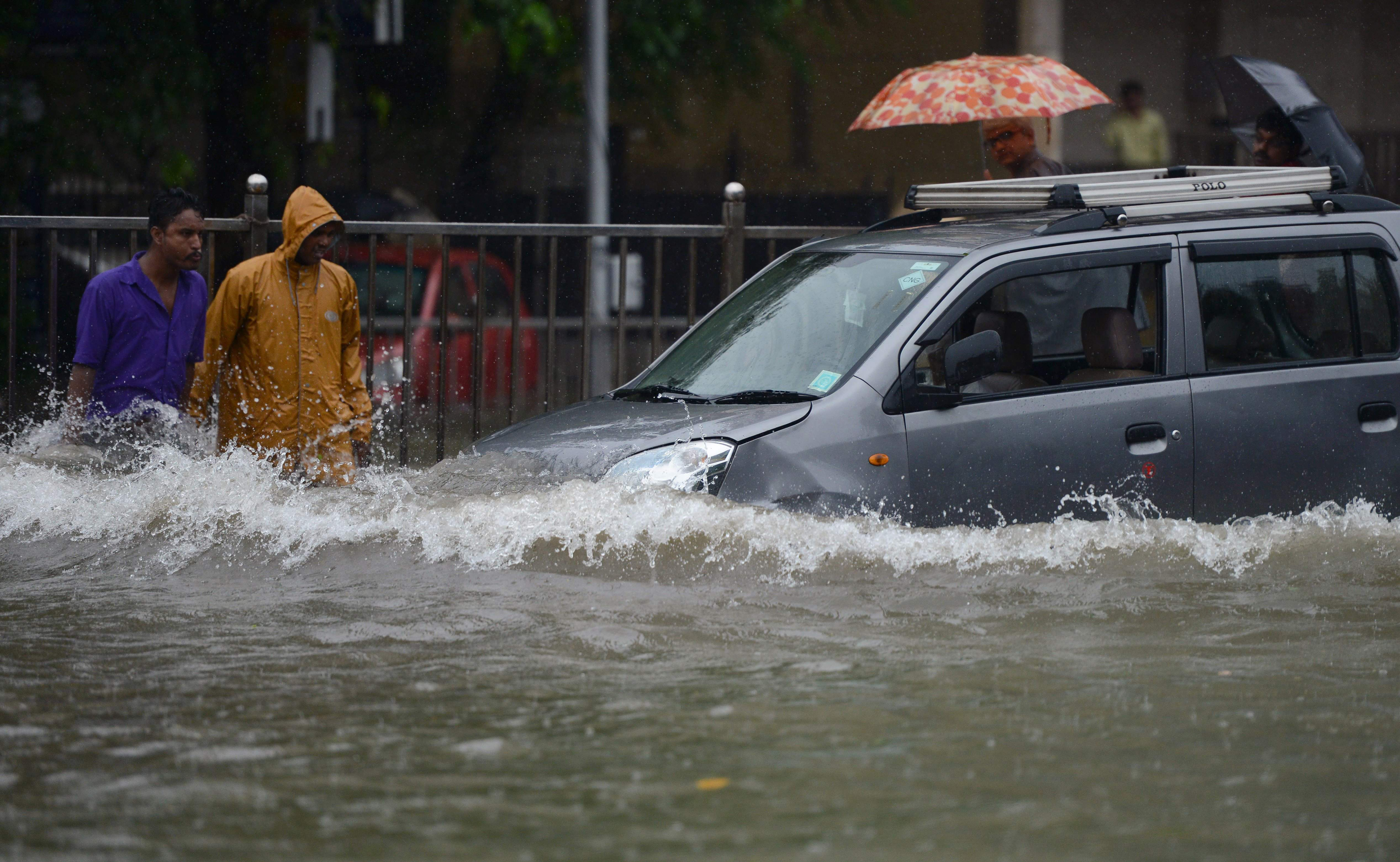 غرق بعض المواطنين فى الأمطار