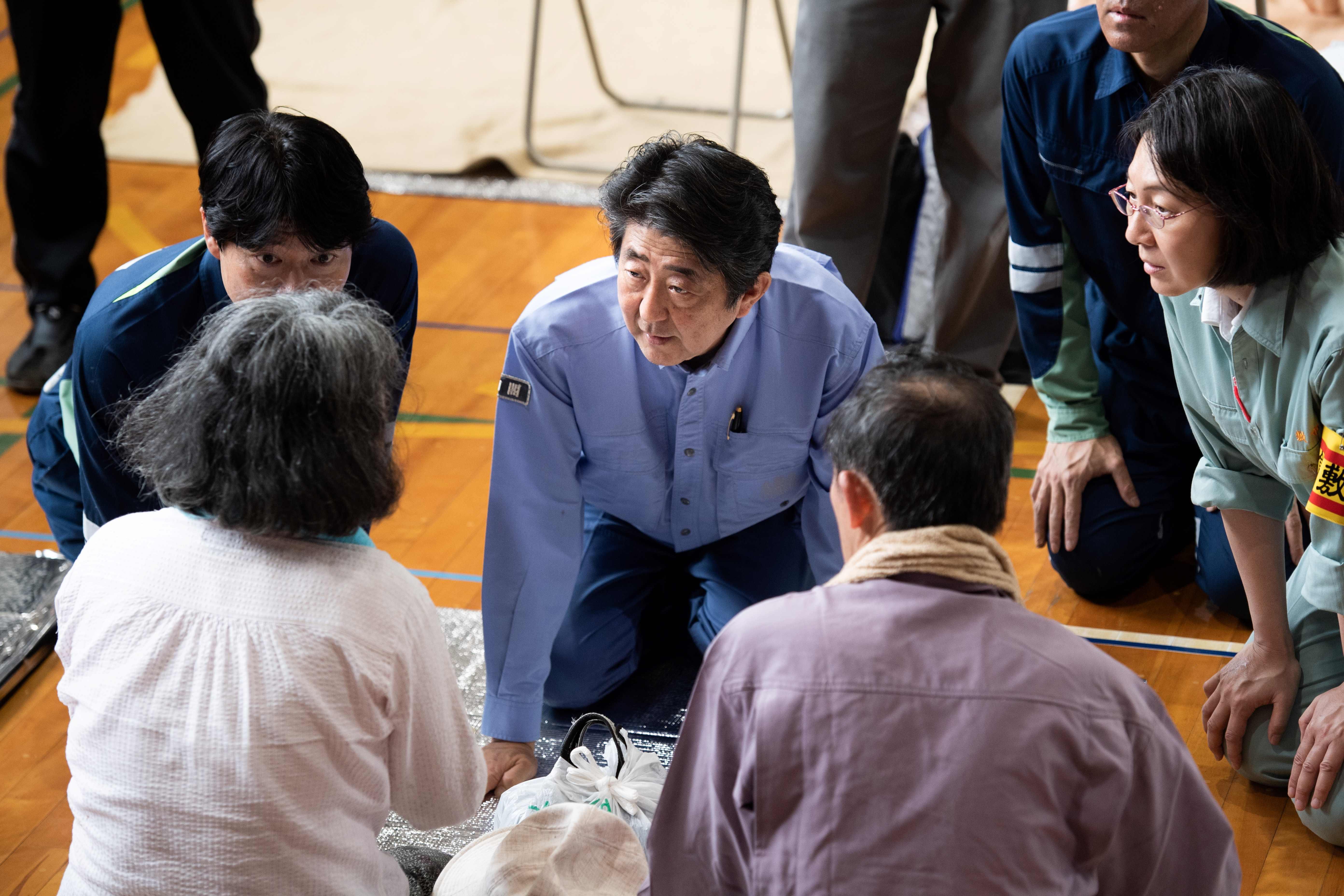 شينزو آبى وسط متضررى الفيضانات