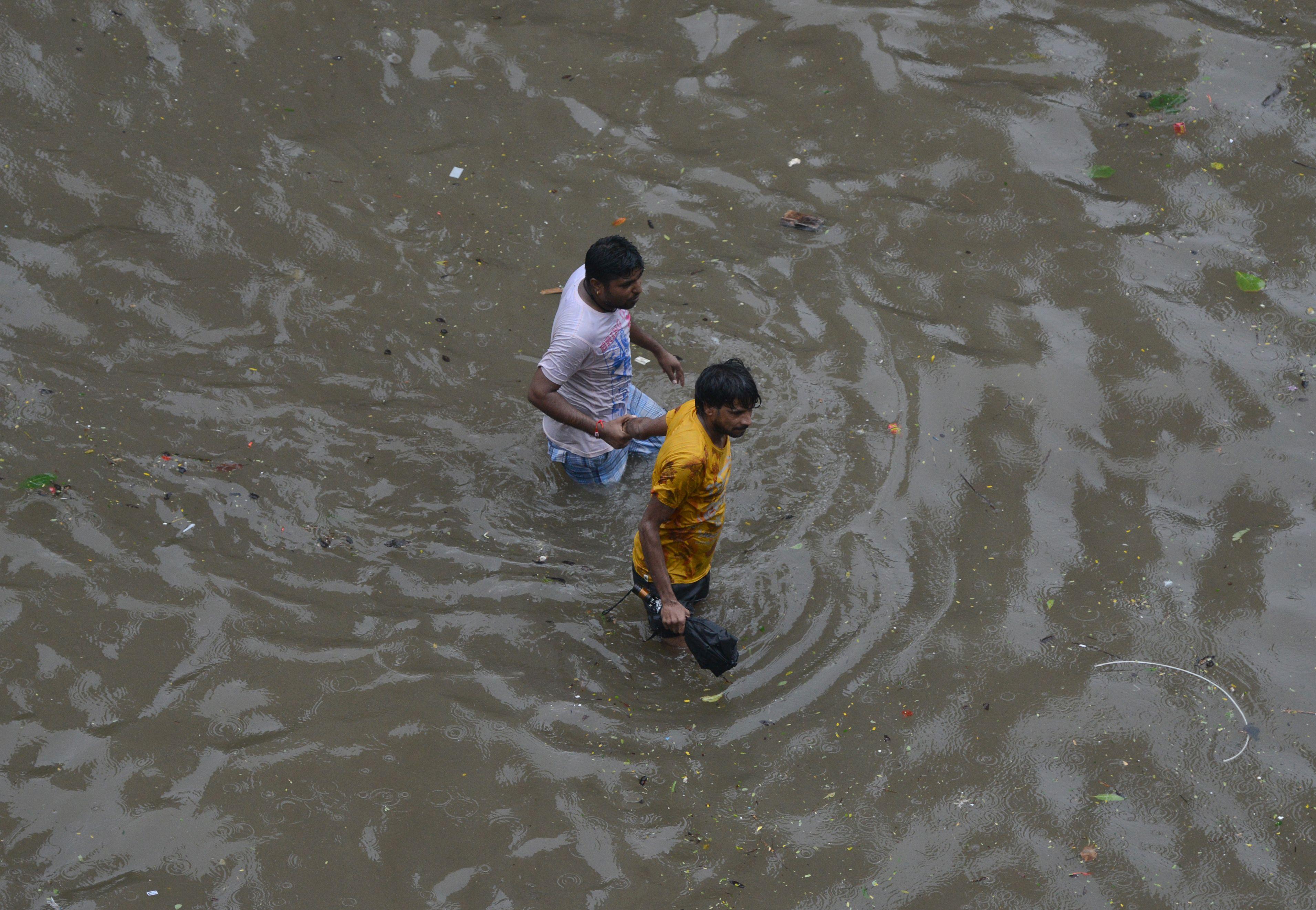 غرق مواطنين فى الأمطار الهندية
