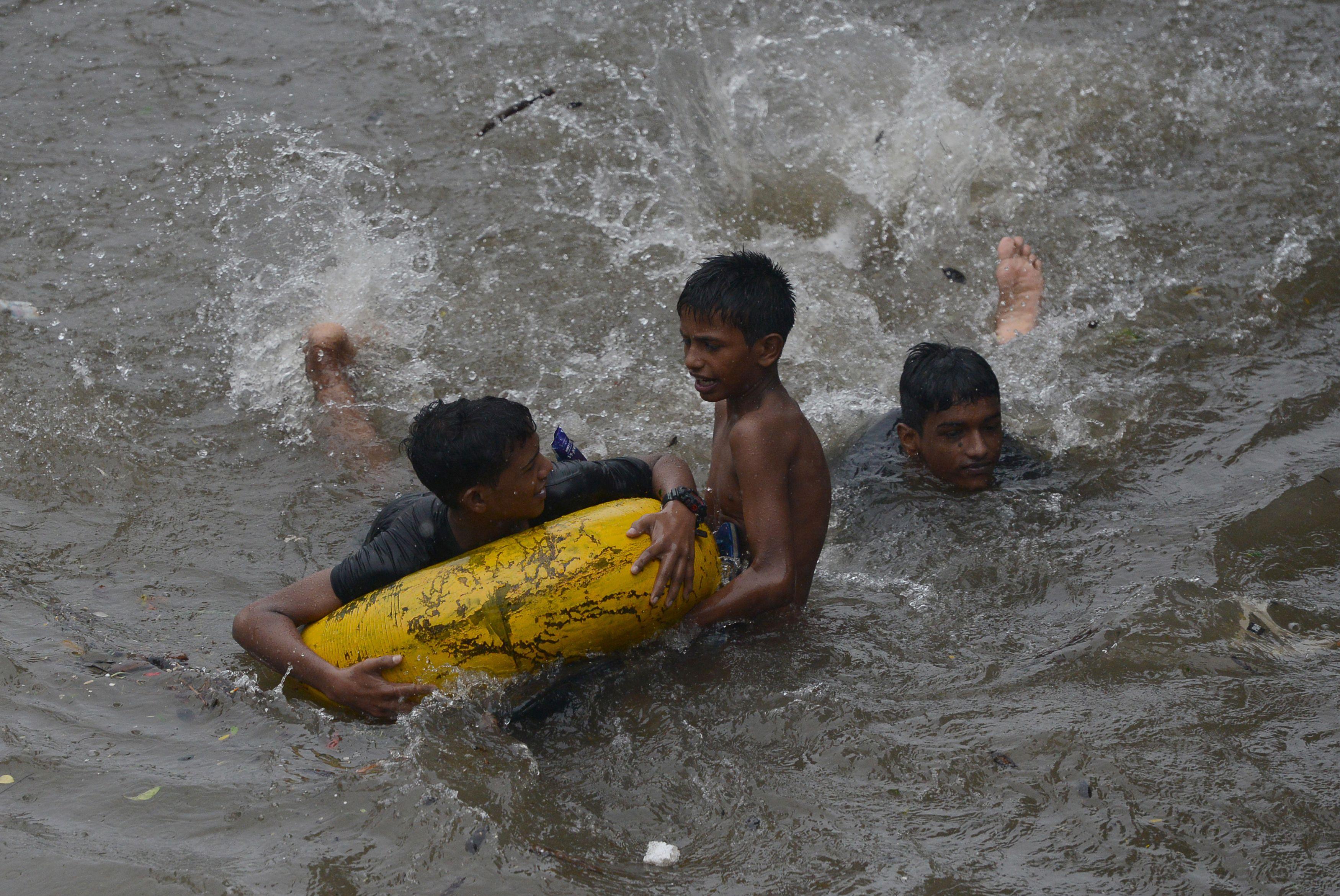أطفال يغرقون فى الأمطار