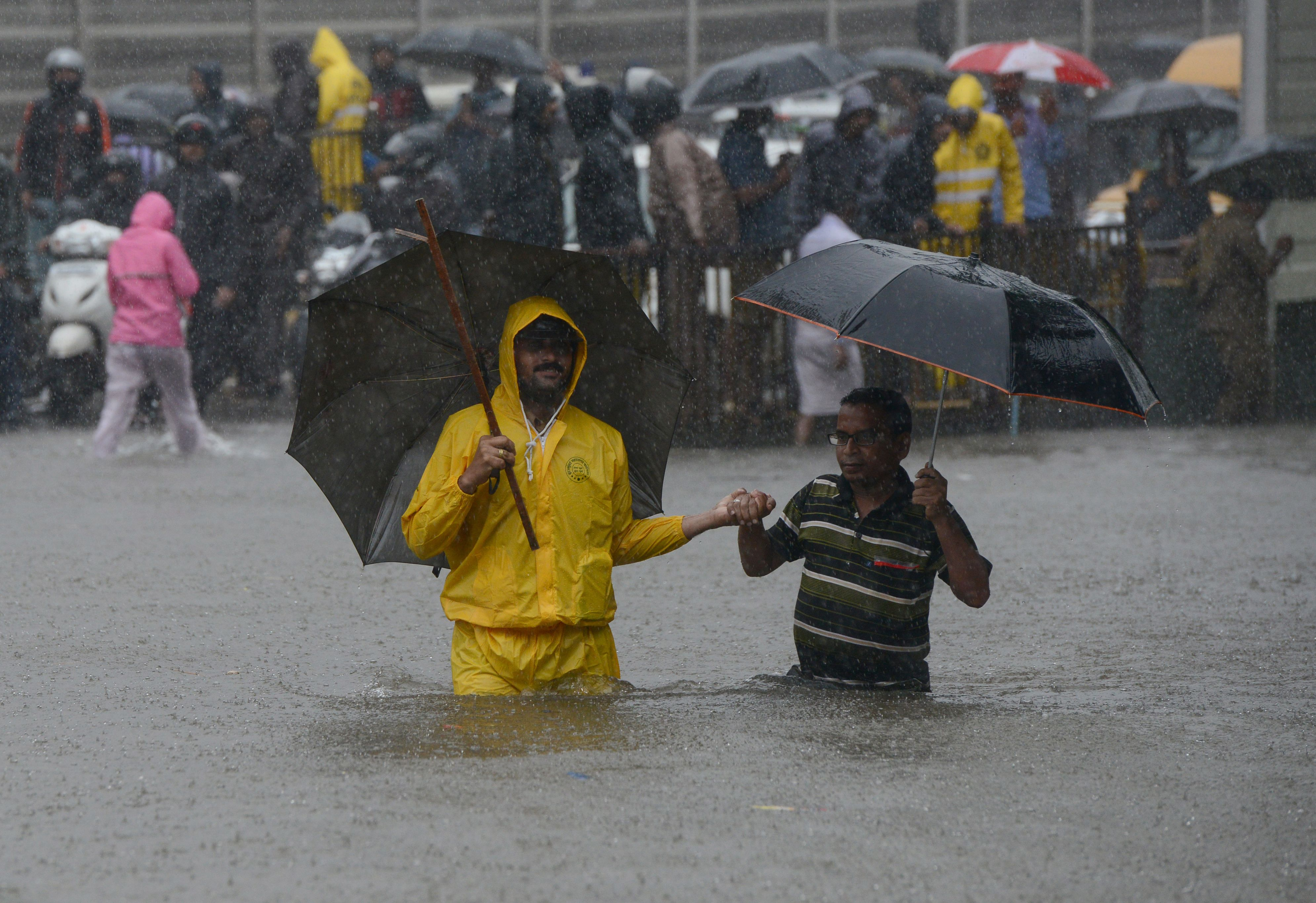 مواطنين يغرقون فى الأمطار