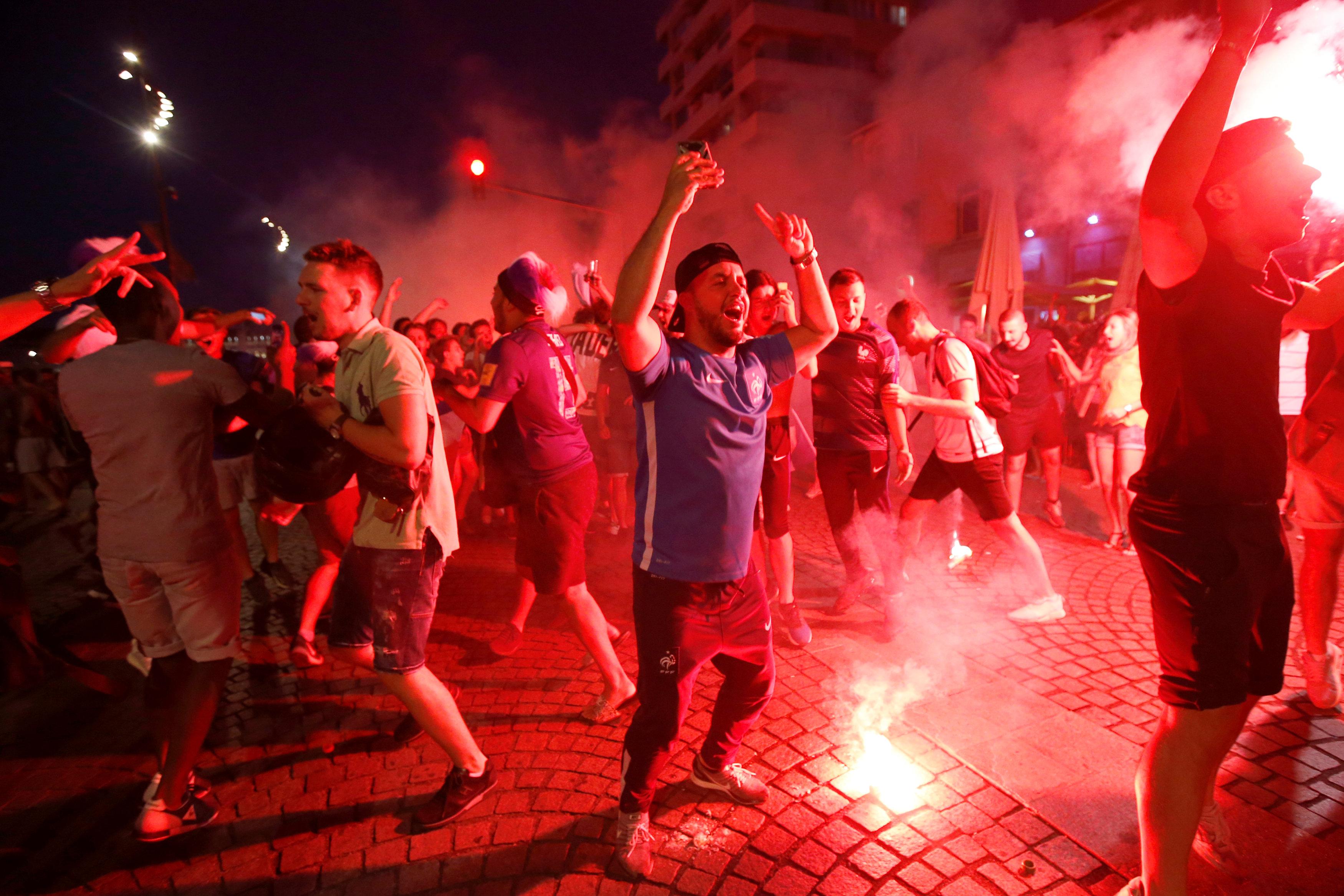 مشجعيين فرنسيين يحتفلون بصعود منتخب بلادهم
