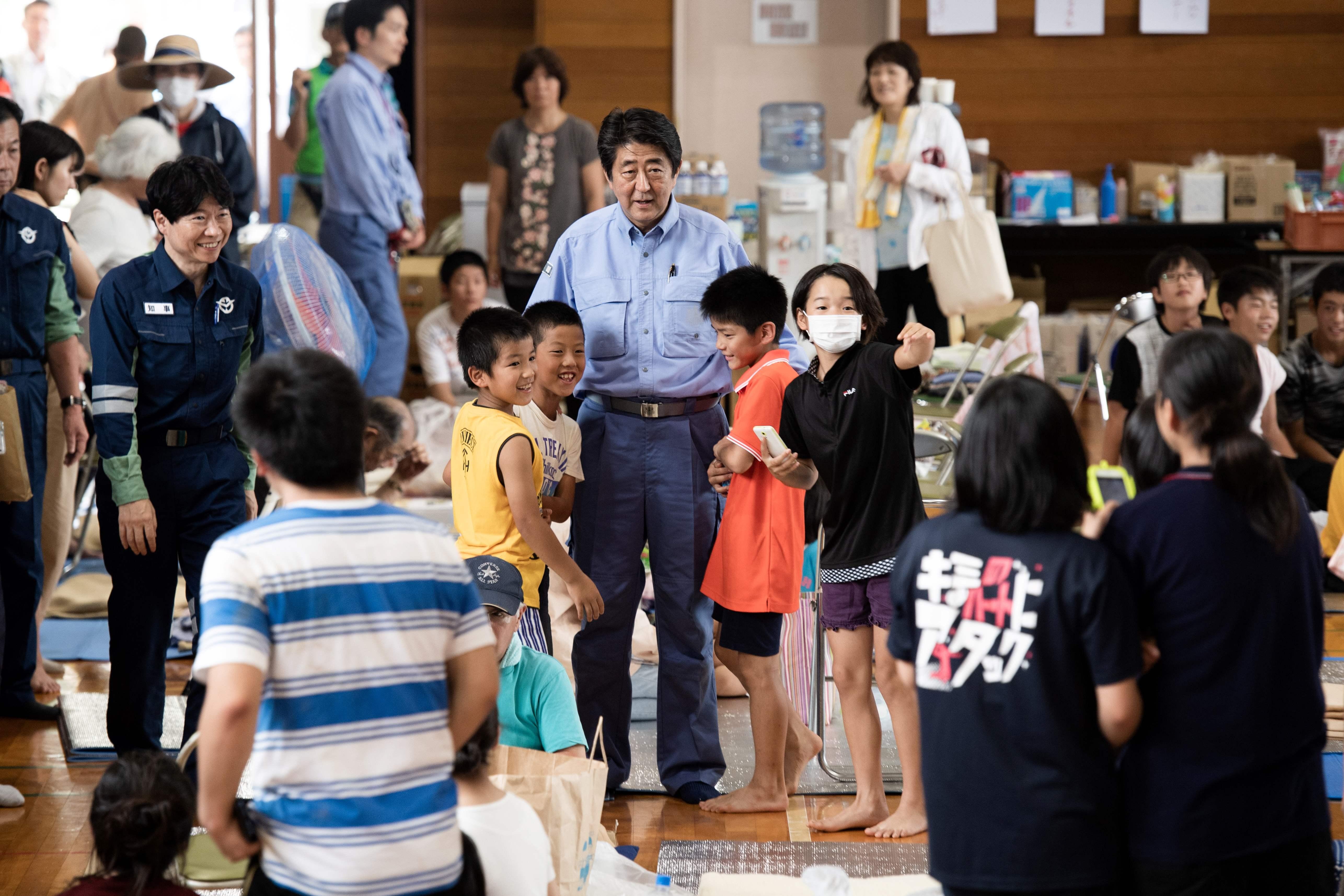 رئيس الوزراء اليابانى وسط المتضررين من الفيضانات