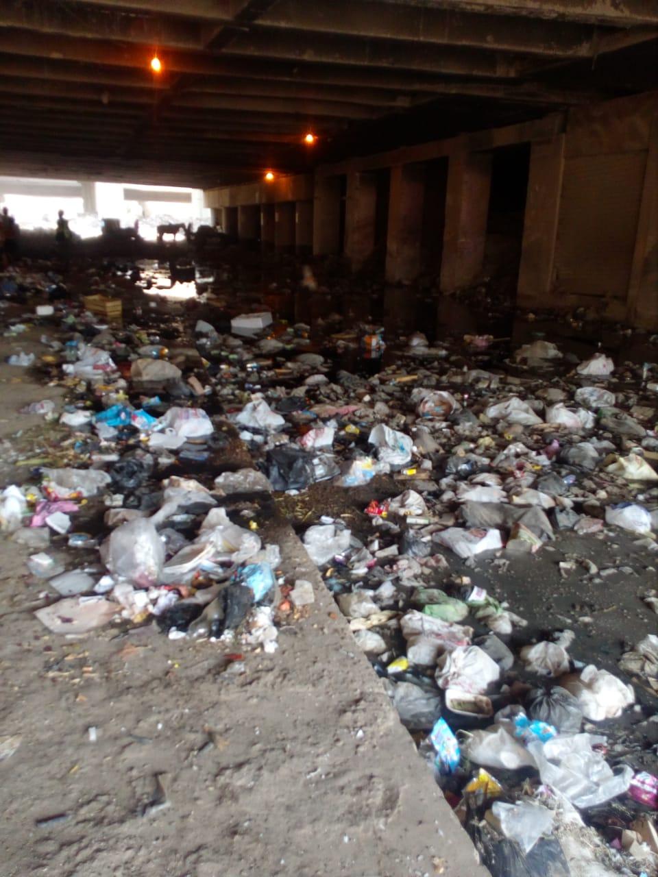 153810-امتزاج-القمامة-بالمجارى-بشارع-10