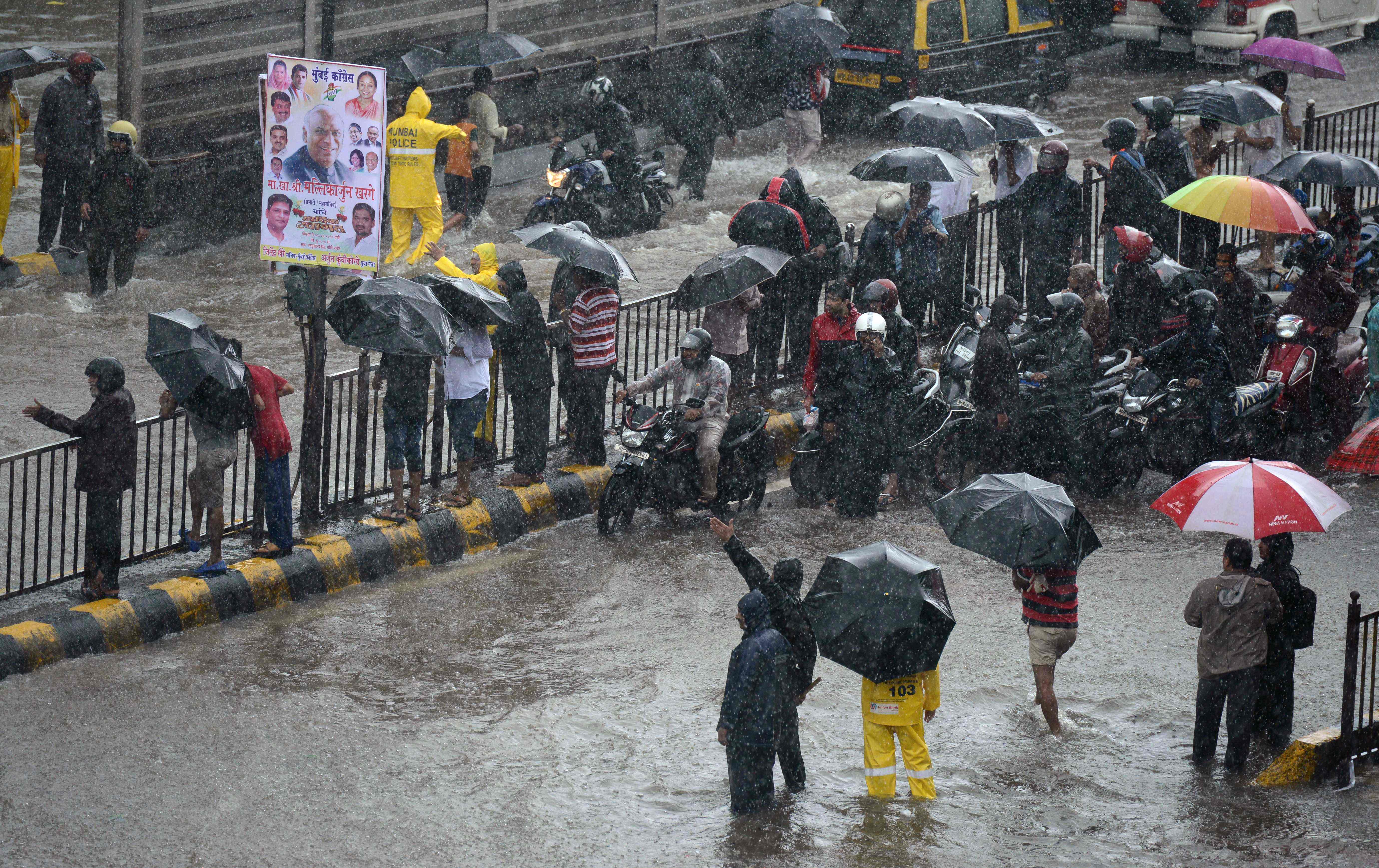جانب من غرق المواطنين فى الأمطار
