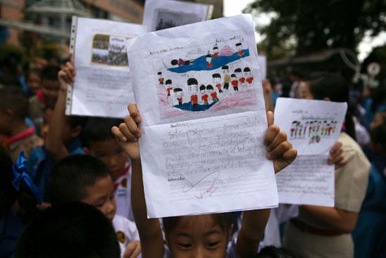 صور أطفال الكهف مع طلاب تايلاند