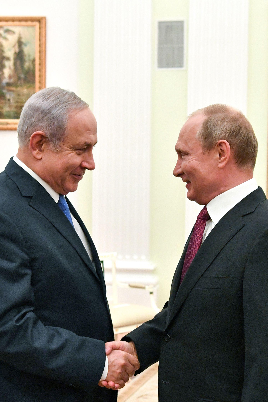 مصافحة بين بوتين ونتنياهو