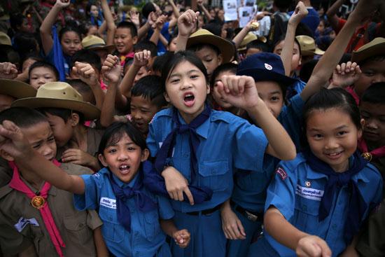 هتاف طالبات تايلاند تضامنا مع أطفال الكهف