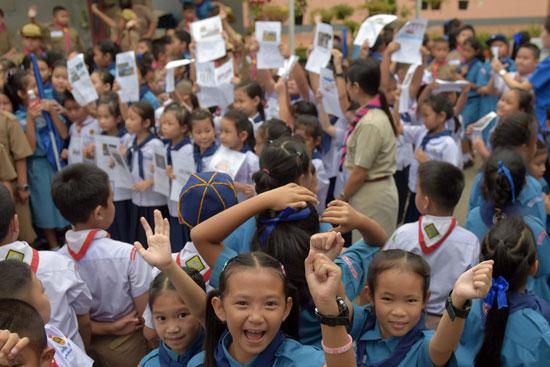 طالبات تايلاند تضامنا مع أطفال الكهف