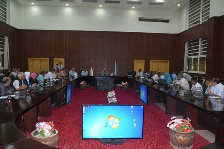 محافظ البحر الأحمر يجتمع مع رؤساء المدن لمناقشة الخدمات الإلكترونية