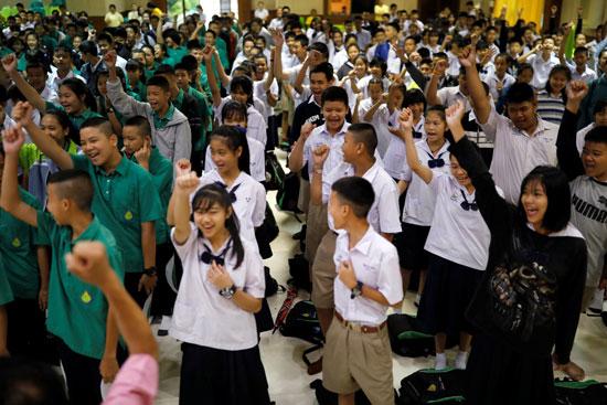 جانب من تضامن طلاب تايلاند مع اطفال الكهف