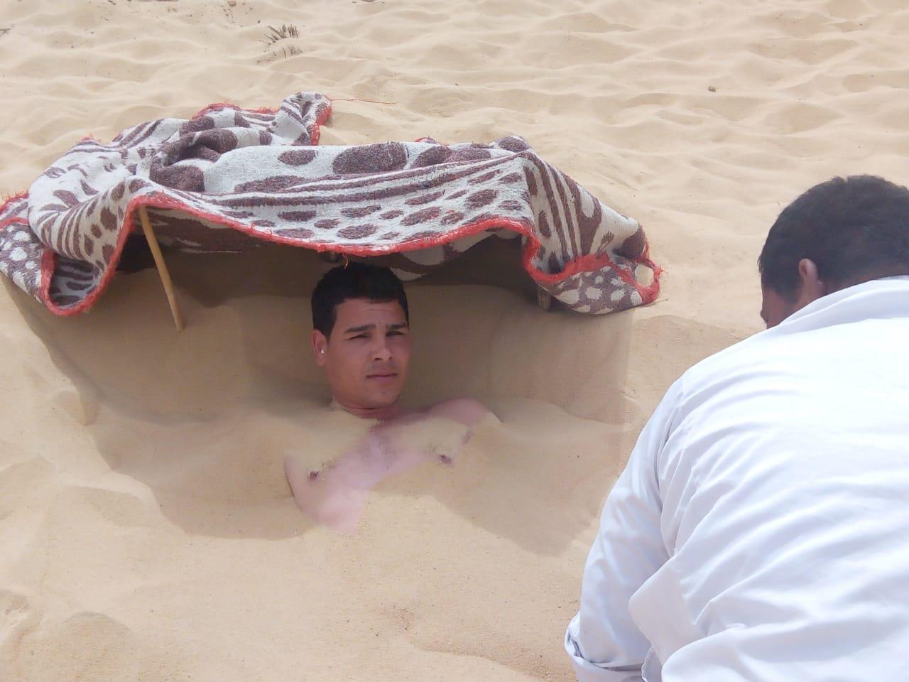 أحد الشباب من محافظة البحيرة حضر للعلاج برمال سيوة