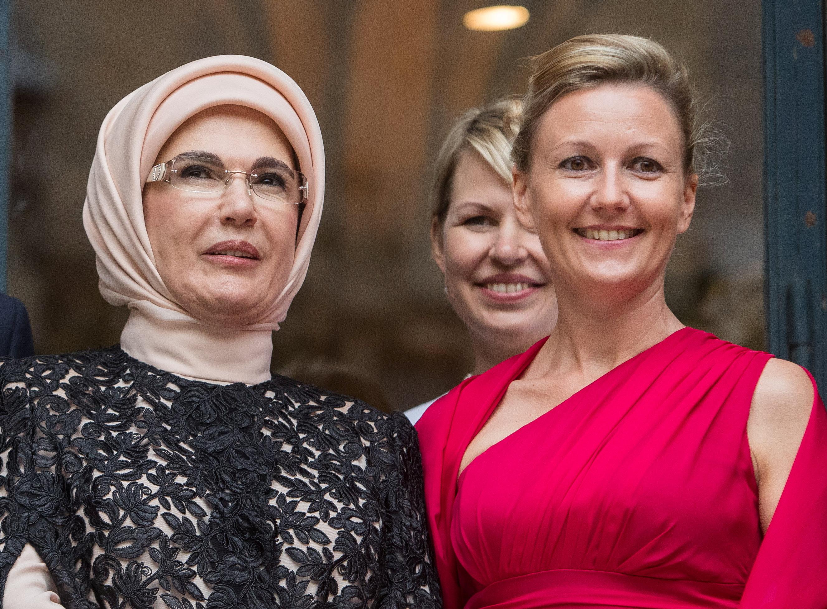 زوجة وزراء إستونيا كارين راتاس مع زوجة أردوغان