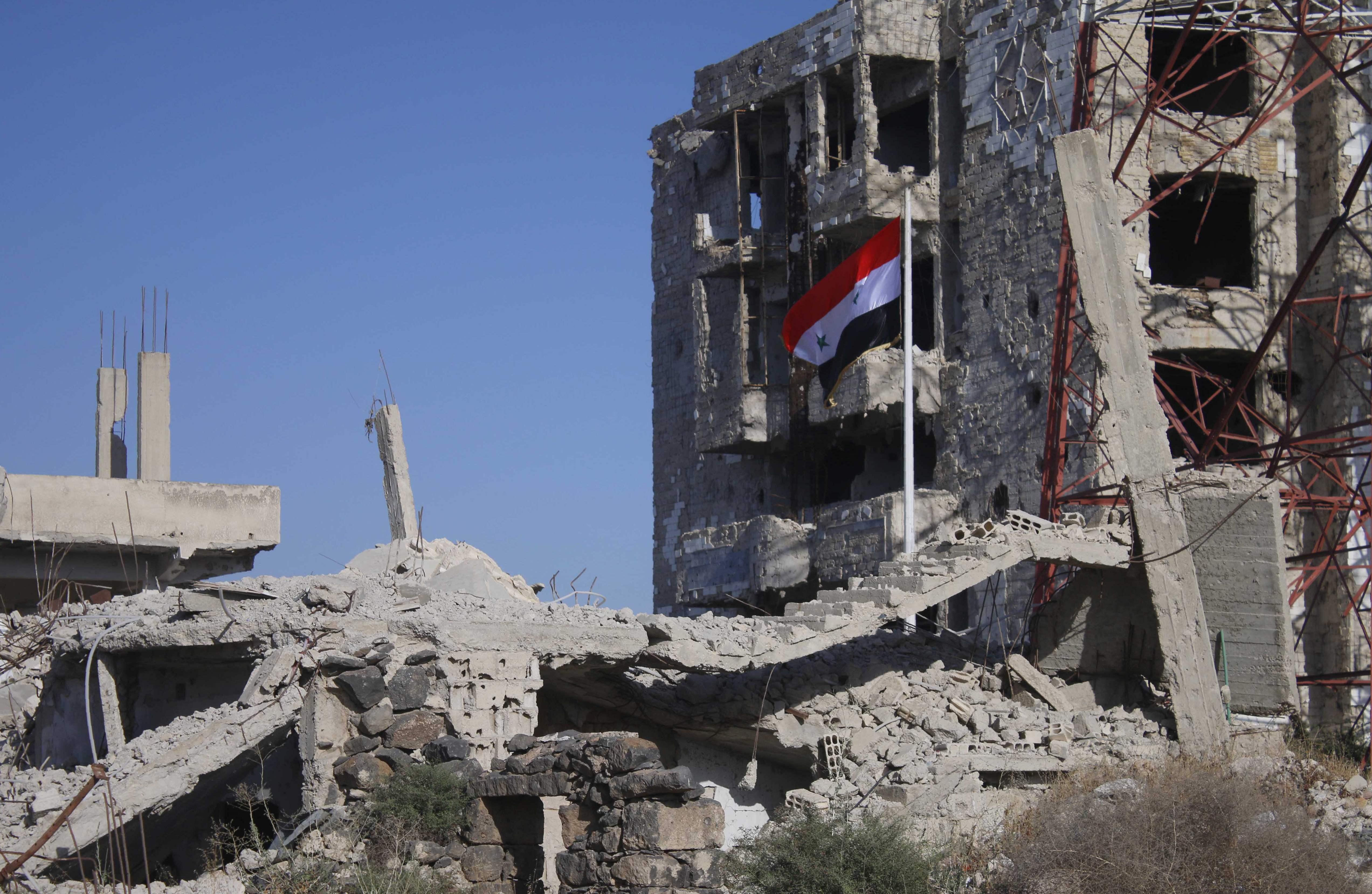 علم سوريا يرفرف فى درعا