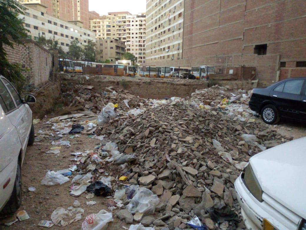 اتراكم القمامة بقطعة الأرض