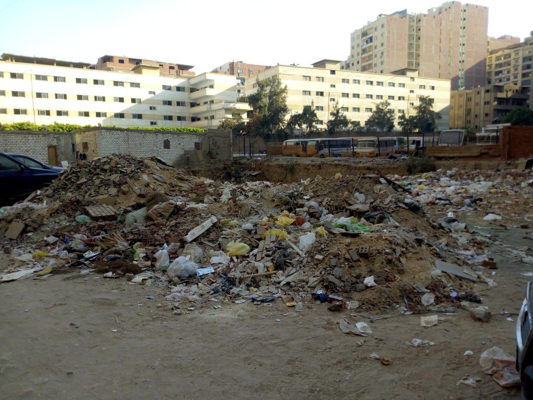 القمامة بقطعة الأرض