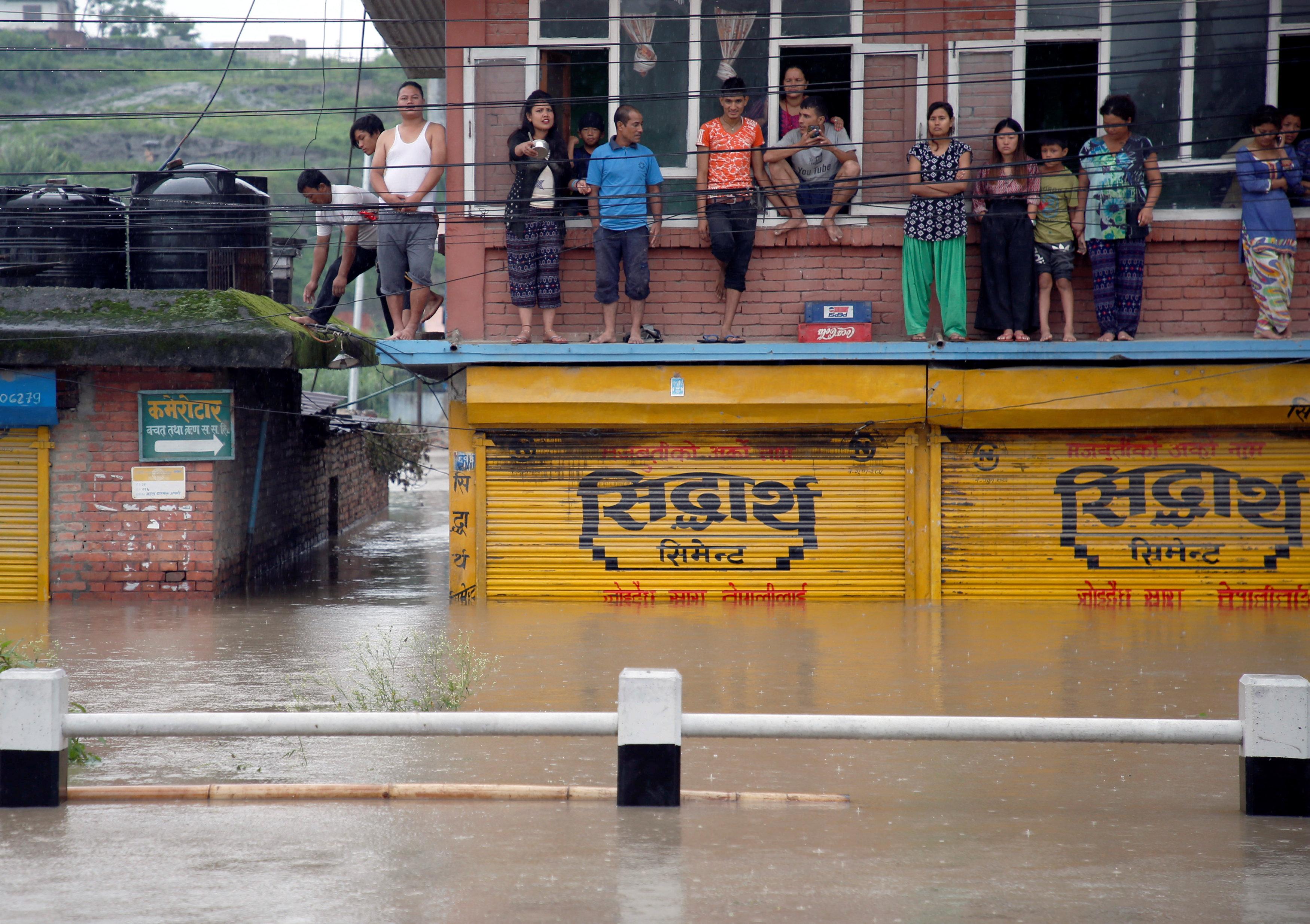 المواطنون يشاهدون تدفق المياه