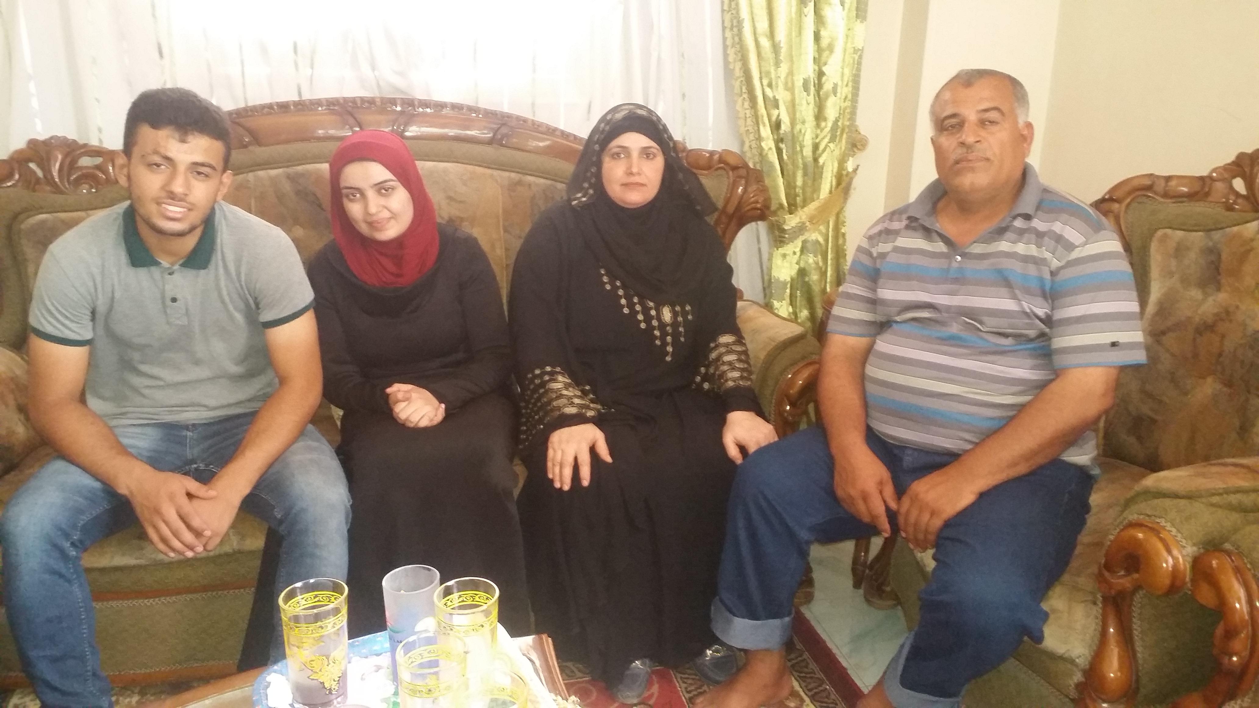 احمد ووالده ووالدته وشقيقته