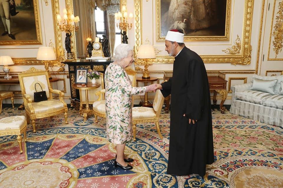الأمم الأكبر يصافح ملكة بريطانيا