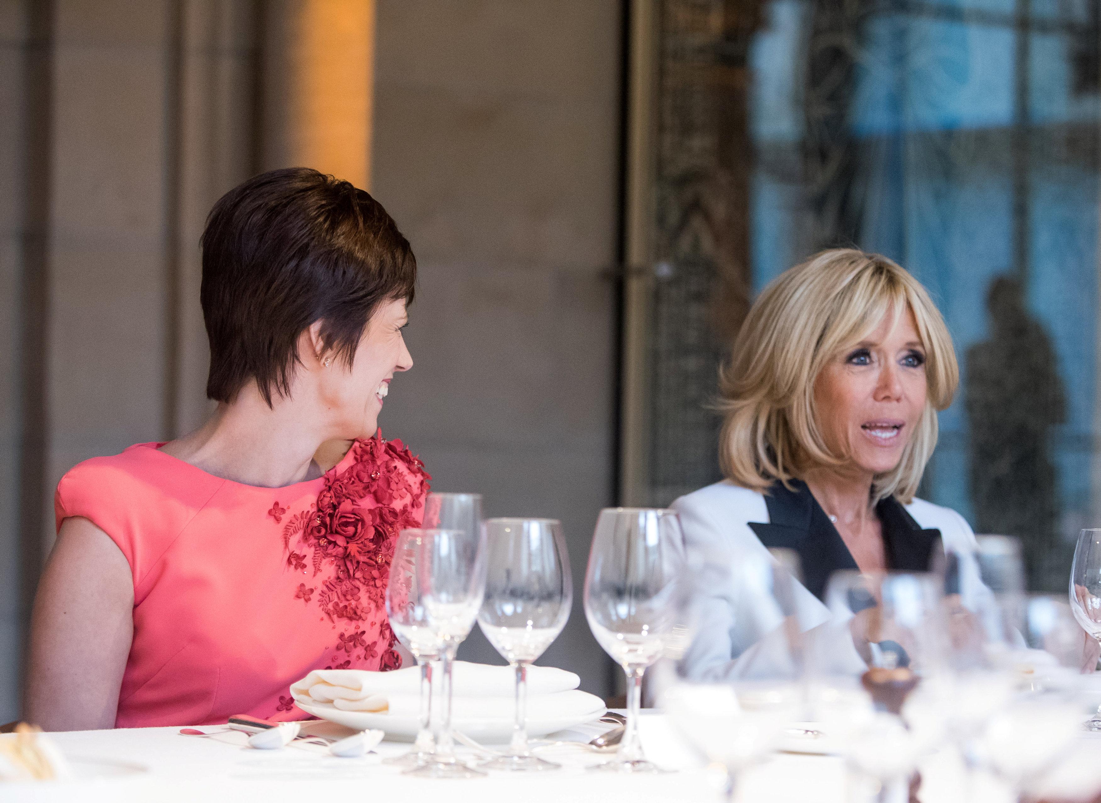 زوجة ماكرون مع زوجة رئيس وزراء بلجيكا