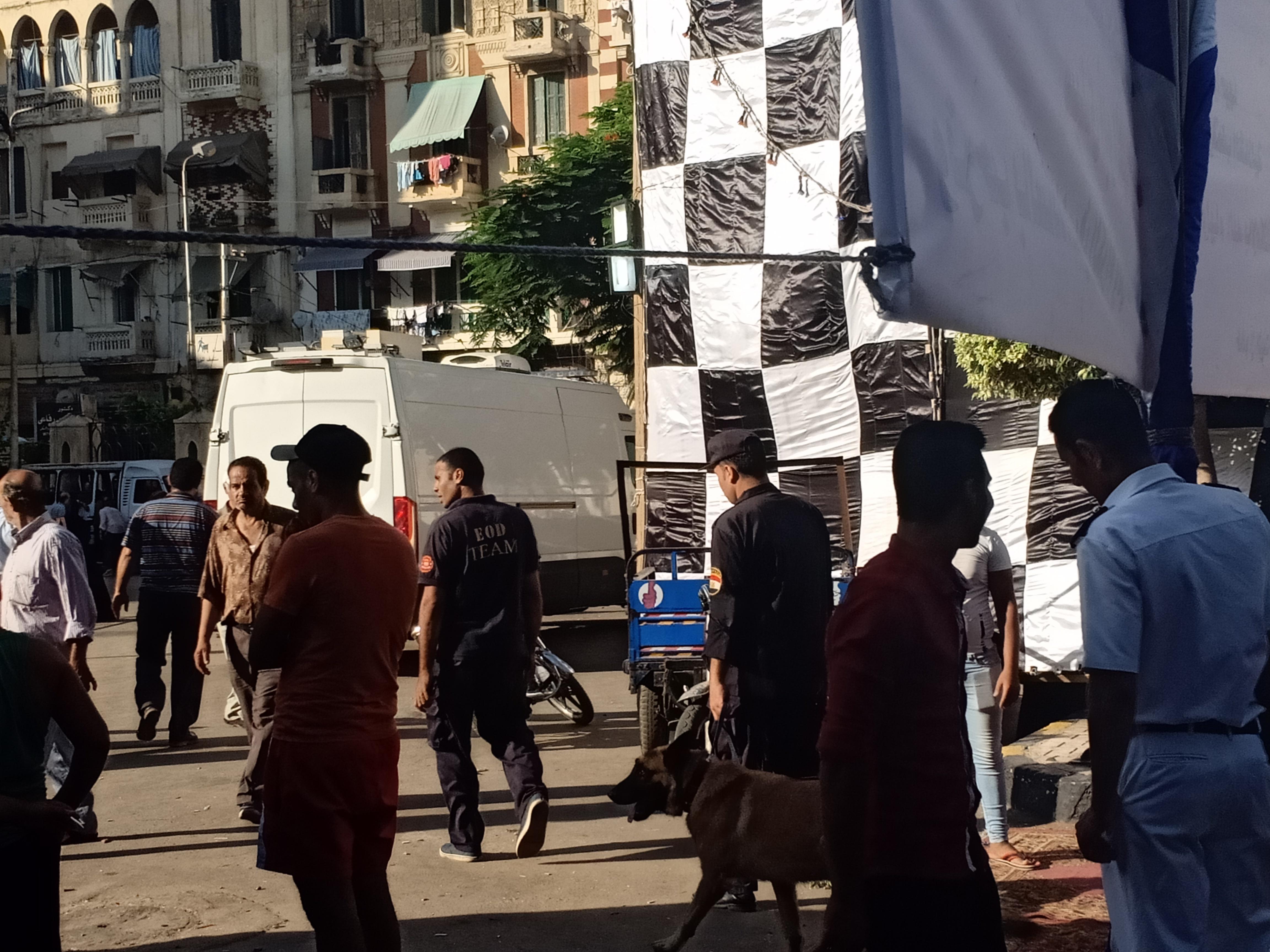 تمشيط ساحة مسجد ابى العباس المرسى بالإسكندرية بواسطه الكلاب البوليسية (3)