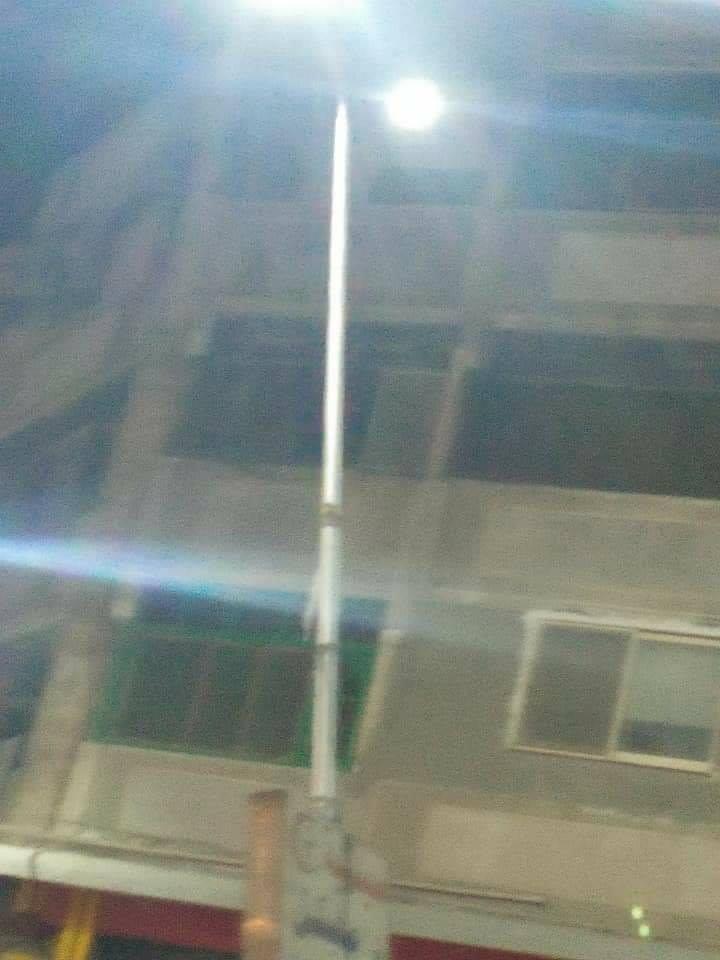 عامود إنارة مائل بالشارع