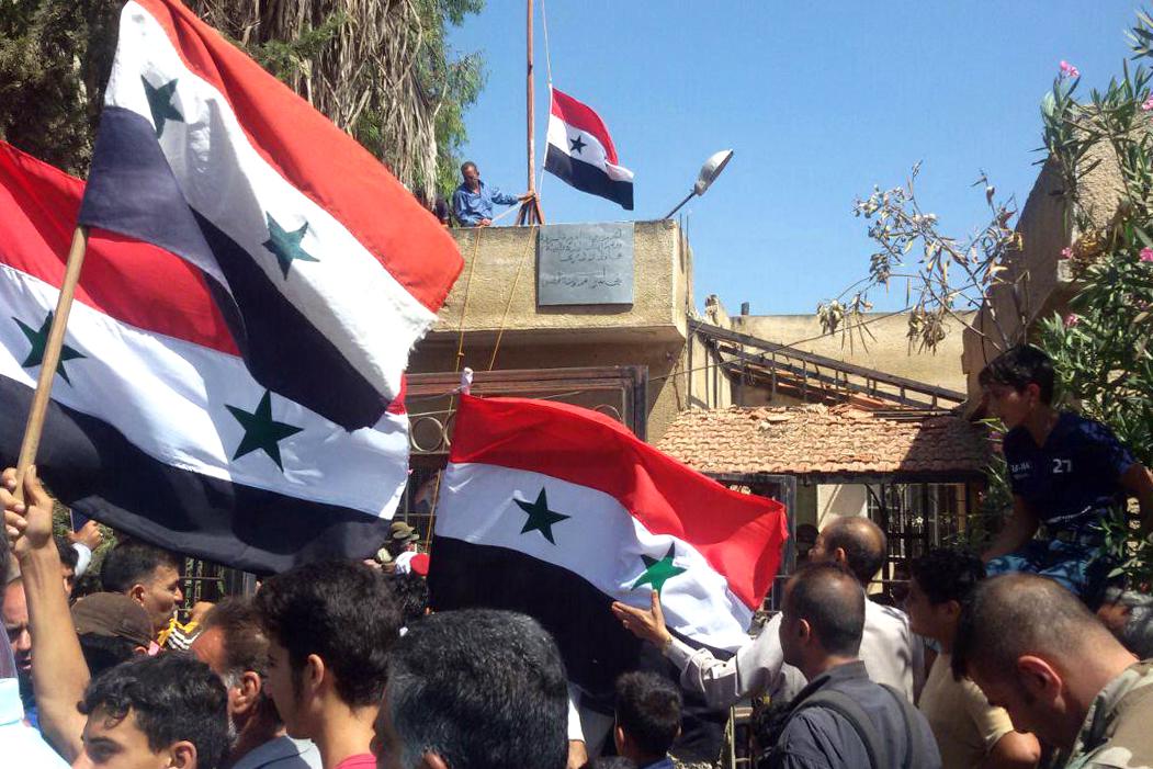 الجيش السورى يرفع علم البلاد فى درعا بعد هزيمة المعارضة