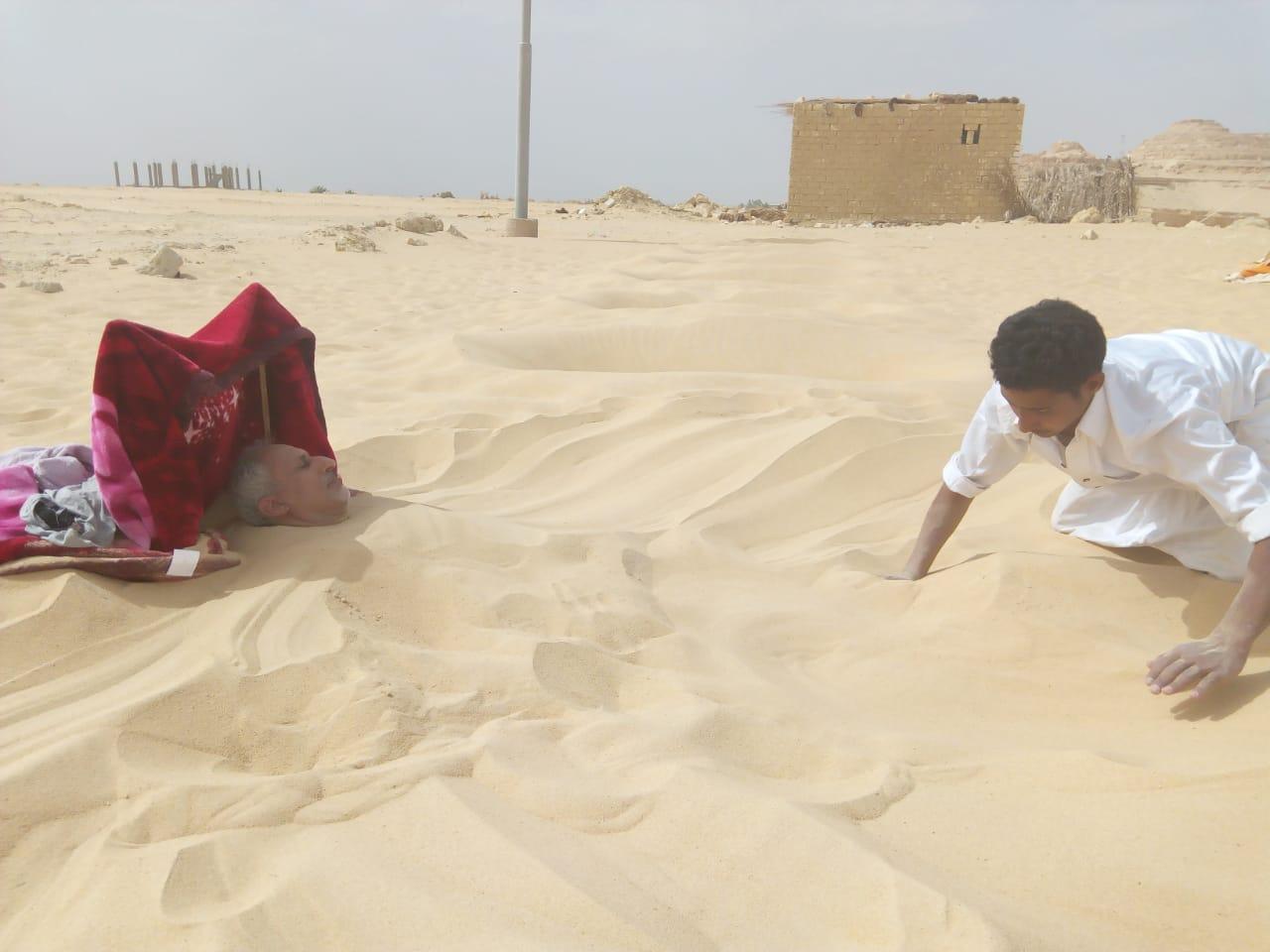 دفن أحد المرضى فى رمال سيوة والحفر جاهزة لاستقبال آخرين