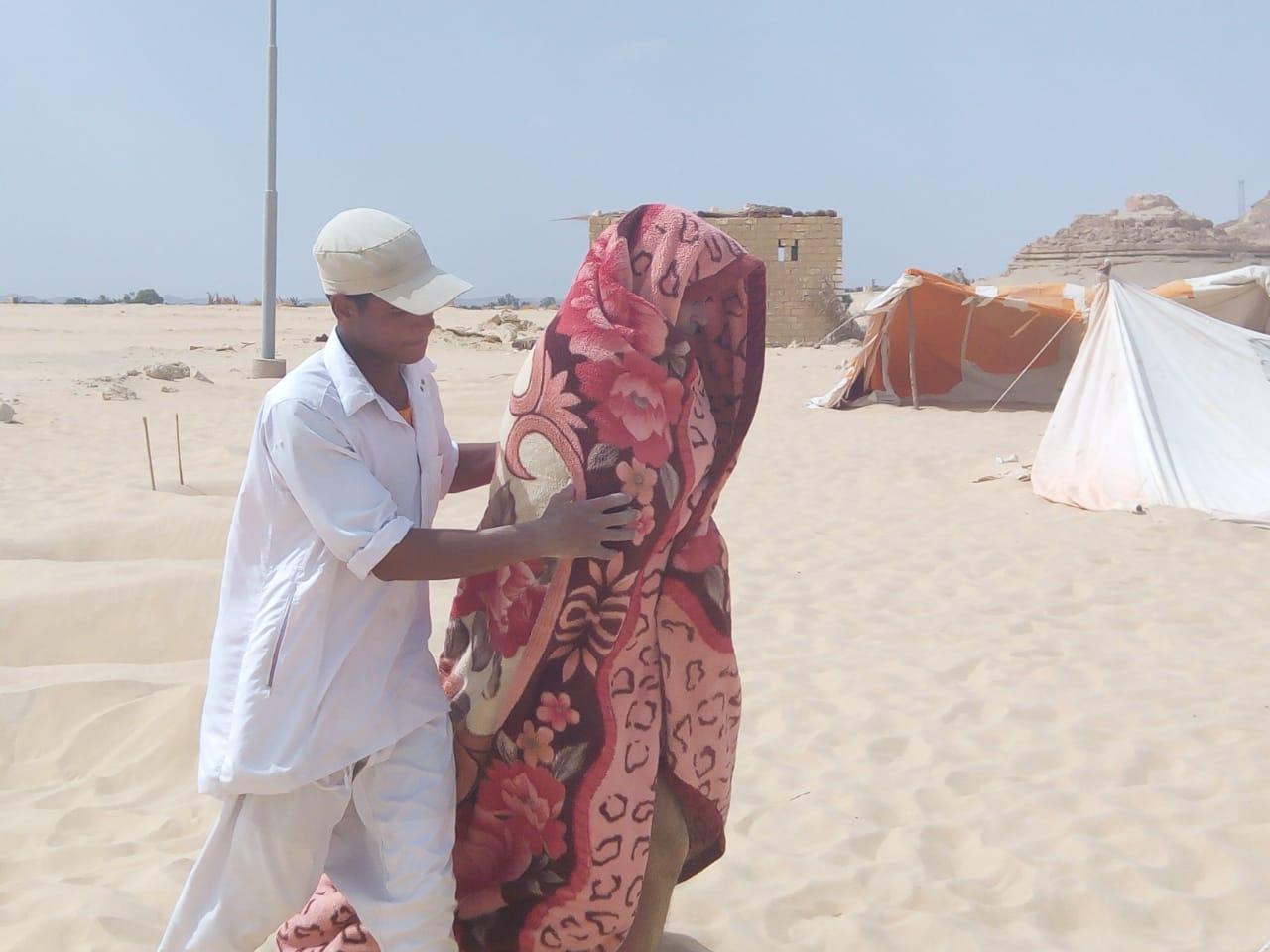 لف المريض ببطانية مع نهاية حمام الرمال لمنع تعريضه للهواء