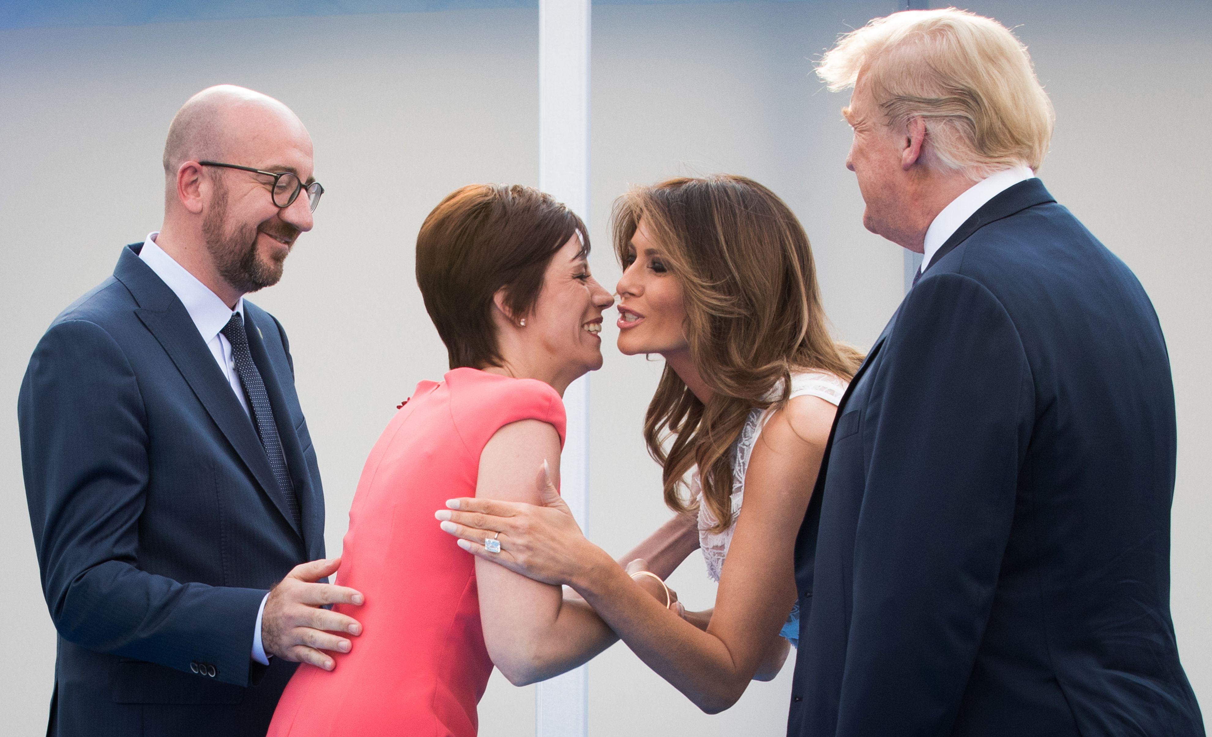 زوجة رئيس وزراء بلجيكا تقبل ميلانيا